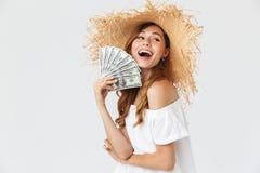 Foto de la mujer rica feliz 20s que lleva el wh grande del júbilo del sombrero de paja fotos de archivo