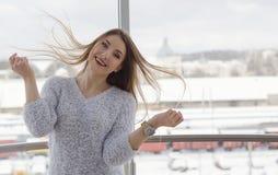 Foto de la mujer sonriente feliz hermosa joven que juega con su lo imagen de archivo