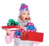 Foto de la mujer sorprendida feliz con un regalo de la Navidad Imagen de archivo libre de regalías