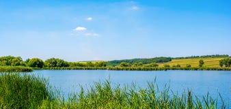 Foto de la naturaleza alrededor del lago azul hermoso Imagen de archivo