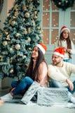 Foto de la Navidad de la familia sorprendida con los regalos Fotos de archivo libres de regalías