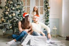 Foto de la Navidad de la familia sorprendida con los regalos Foto de archivo libre de regalías