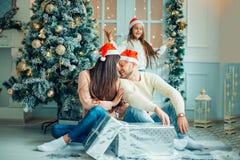 Foto de la Navidad de la familia sorprendida con los regalos Fotografía de archivo libre de regalías