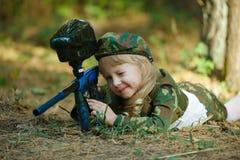 Foto de la niña con el rifle Fotos de archivo libres de regalías