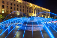 Foto de la noche de la fuente delante del edificio de la presidencia en Sofía, Bulgaria Foto de archivo