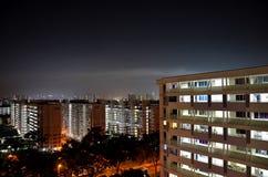 Foto de la noche de las altas construcciones de viviendas de la subida en Singapur Fotos de archivo