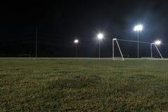 Foto de la noche del ángulo bajo de la meta en campo de fútbol vacío Imagenes de archivo