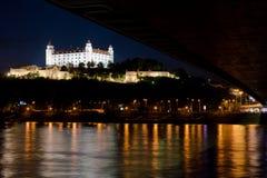 Foto de la noche del castillo de Bratislava foto de archivo