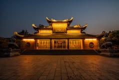 Foto de la noche de un templo budista en Vietnam fotografía de archivo