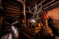 Foto de la noche de un templo budista en Vietnam fotografía de archivo libre de regalías