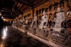 Foto de la noche de un templo budista en Vietnam foto de archivo libre de regalías