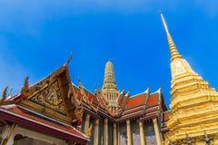 Foto de la pagoda de oro y templo de Wat Phra Keaw, Buda esmeralda, Bangkok fotos de archivo libres de regalías