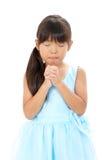 Foto de la pequeña muchacha asiática que ruega Imagen de archivo libre de regalías