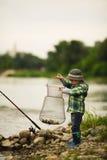Foto de la pesca del niño pequeño Fotografía de archivo