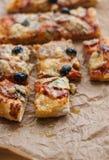 Foto de la pizza deliciosa en la tabla de madera Foto de archivo libre de regalías