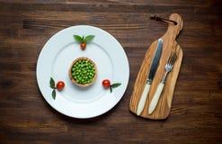 Foto de la placa blanca con las verduras frescas de la dieta Foto de archivo