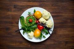 Foto de la placa blanca con las verduras frescas tapa Imagen de archivo