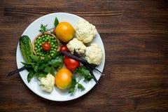 Foto de la placa blanca con las verduras frescas tapa Fotos de archivo