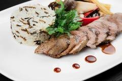 Foto de la placa con risotto con la carne y las verduras fotografía de archivo libre de regalías