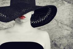 Foto de la señora hermosa en sombrero negro elegante Foto de archivo libre de regalías