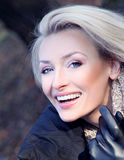 Foto de la señora rubia atractiva que presenta, sonriendo. fotos de archivo libres de regalías