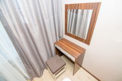 Foto de la tabla con un espejo para un maquillaje fotografía de archivo libre de regalías
