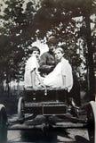 Foto de la vendimia de muchachas en un coche Fotos de archivo