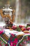 Foto de la vida inmóvil en el estilo ruso, con las manzanas, samovar y panecillos, para el té Imagen de archivo libre de regalías