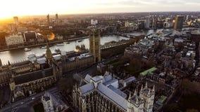Foto de la visión aérea de Ben Clock grande con la bandera británica en Londres Imagen de archivo
