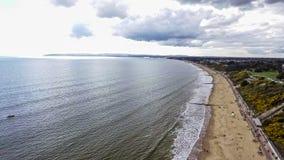 Foto de la visión aérea de la playa inglesa de la playa de Bournemouth Imágenes de archivo libres de regalías