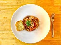Foto de la visión superior de la salsa y de la albahaca de tomate de los espaguetis Fotografía de archivo