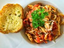 Foto de la visión superior de la salsa y de la albahaca de tomate de los espaguetis Imagen de archivo libre de regalías