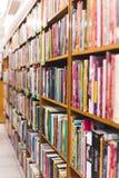 Foto de la vista lateral de un estante de librería de la gastronomía fotos de archivo