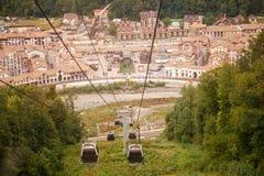 Foto de las cabinas del teleférico entre cuesta de montaña Fotografía de archivo