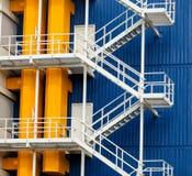 Foto de las escaleras modernas frescas de uno de los edificios fotos de archivo libres de regalías