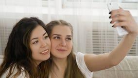 Foto de las muchachas del ocio de los amigos de la forma de vida de la juventud de Selfie imágenes de archivo libres de regalías