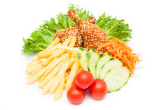 Foto de las pepitas de pollo sabrosas con las verduras y el potatoe frito Foto de archivo libre de regalías