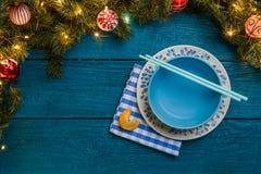 Foto de las ramas del abeto, galletas con la predicción, placas, palillos del Año Nuevo para el sushi Fotografía de archivo libre de regalías