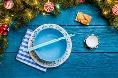 Foto de las ramas del abeto, galletas con la predicción, placas, palillos del Año Nuevo para el sushi Imágenes de archivo libres de regalías
