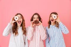 Foto de las ropas felices del ocio de las mujeres que llevan 20s que se divierten a Foto de archivo libre de regalías