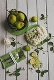 Foto de limones y de peras en la mesa de comedor 8700 Imágenes de archivo libres de regalías
