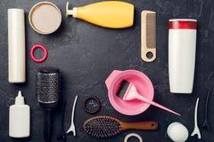 Foto de los accesorios del peluquero en fondo negro Fotos de archivo