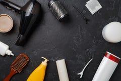 Foto de los accesorios del peluquero, secador de pelo, peines, en círculo en fondo negro vacío, Imagen de archivo