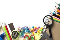 Foto de los diversos materiales de oficina para los niños que mienten en woode Imágenes de archivo libres de regalías