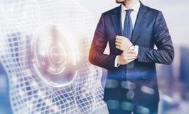Foto de los efectos del traje que lleva del hombre de negocios y de los interfaces visuales sobre la pantalla Empañado, horizonta fotografía de archivo libre de regalías