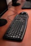 Foto de los ordenadores de la fila en la sala de clase o el otro institu educativo fotografía de archivo