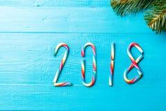 Foto de los palillos del caramelo de la Navidad Tabla de madera azul con las ramas spruce Fotos de archivo