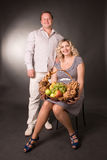 Foto de los pares de la familia con la cesta de fruta Foto de archivo