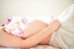 Foto de maternidad de las mujeres que están embarazadas Foto de archivo