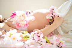 Foto de maternidad de las mujeres que están embarazadas Fotografía de archivo